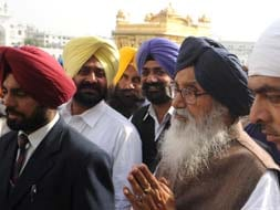 Photo : A day after victory, Badals pray at Golden Temple
