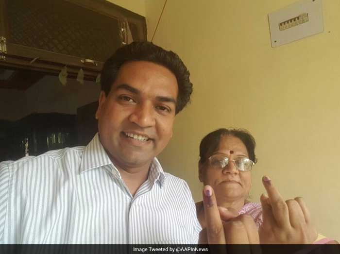 AAP Minister Kapil Mishra with his mother after casting vote for Delhi civic polls.