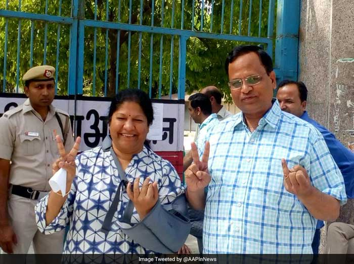AAP Minister Satyendar Jain casts his vote for the Delhi Municipal polls.