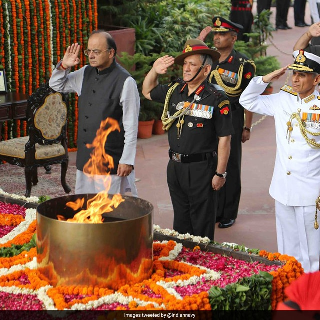Defence Minister Arun Jaitley pays tribute to war heroes at Amar Jawan Jyoti in New Delhi