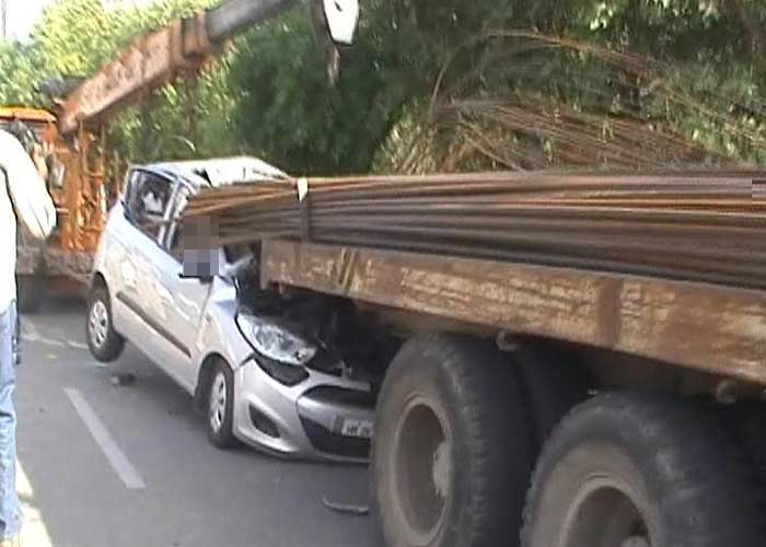 Iron rods sticking out of truck pierce through car in Noida, driver killed