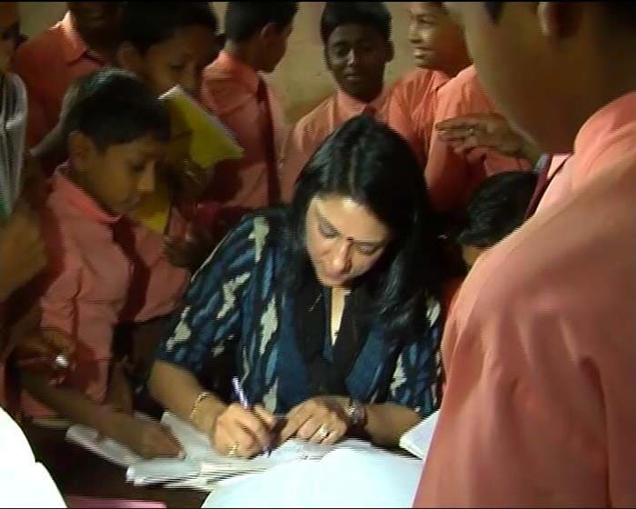 Priya Dutt visits school for SMS