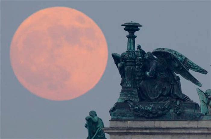 Supermoon lights up weekend night