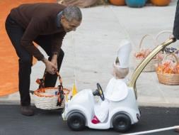 Photo : US President Barack Obama Meets Baby Pope at White House's Halloween Party