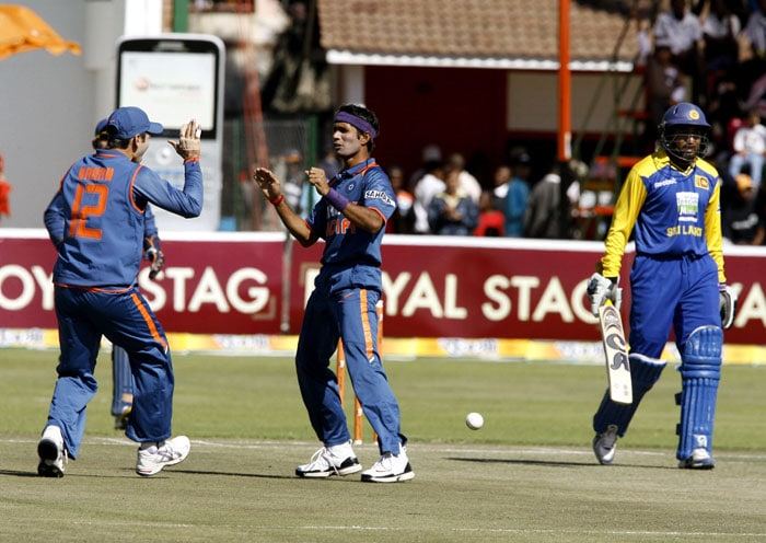 Indian bowler Ashok Dinda and teammate Ravichandran Ashwin celebrate after Sri Lankan captain Tillakaratne Dilshan was caught in the fifth ODI of the Micromax Cup Triangular Series in Harare. (AFP Photo)