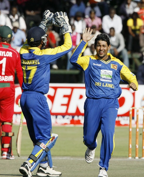 Sri Lankan captain Tillakaratne Dilshan celebrates with wicketkeeper Dinesh Chandimal the wicket of Zimbabwean batsman Chamunorwa Chibhabha in the sixth ODI of the Micromax Cup in Harare. (AFP Photo)
