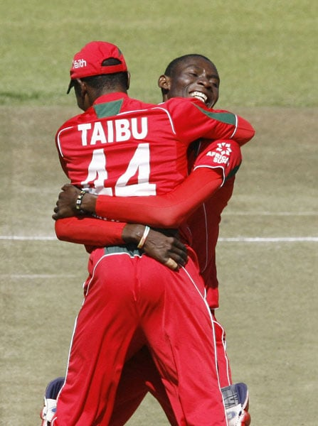 Zimbabwean bowler Christopher Mpofu celebrates with his teammate wicketkeeper Tatenda Taibu, after taking the wicket of Sri Lankan batsman Thissara Perera in the sixth ODI of the Micromax Cup in Harare. (AFP Photo)