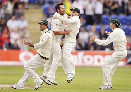 Ben Hilfenhaus celebrates with teammates Phil Hughes, Ricky Ponting and Mike Hussey after bowling Kevin Pietersenon the final day of the first Ashes Test in Cardiff. (AFP Photo)