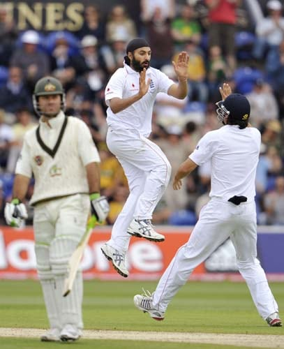 Monty Panesar celebrates with teammate Alastair Cook after dismissing Ricky Ponting on the third day of the first Ashes Test in Cardiff. (AFP Photo)