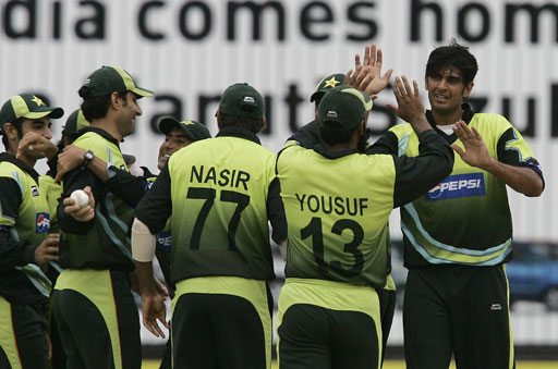 Pakistani pacer Abdur Rauf celebrates with teammates after taking the wicket of Bangladeshi batsman Mohammad Ashraful during their Asia Cup match at National Stadium in Karachi on July 4, 2008.