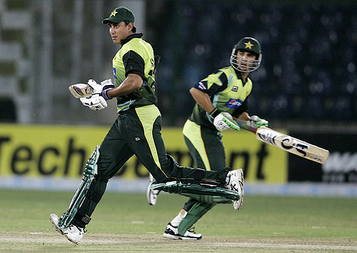 Pakistani batmen Nasir Jamshed and Salman Butt struggle for a run against Bangladesh during their Asia Cup match at National Stadium in Karachi on July 4, 2008.