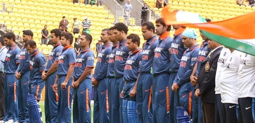 The Indian and New Zealand cricket team observe a minutes of silence for the victims of the terror attack on the Sri Lankan team in Pakistan in Wellington on March 6, 2009. (AFP Photo)