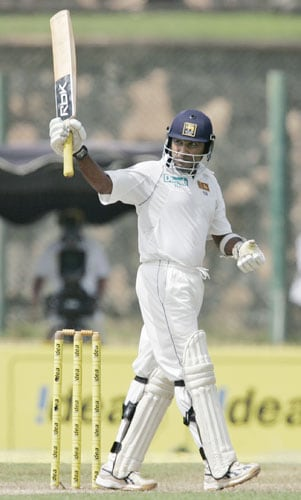 Mahela Jayawardene acknowledges the crowd as he makes half century during third day of the second Test between India and Sri Lanka at Galle International cricket ground in Galle on August 2, 2008.
