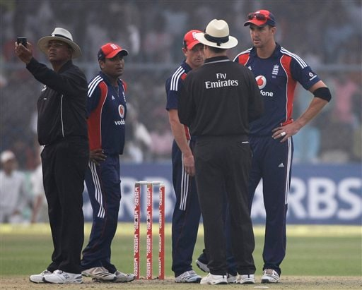 Umpire AM Saheba takes a light reading as England captain Kevin Pietersen speaks with Umpire RB Tiffin and player Samit Patel and Paul collingwood look on during the third ODI between India and England in Kanpur on Thursday. (AP Photo)