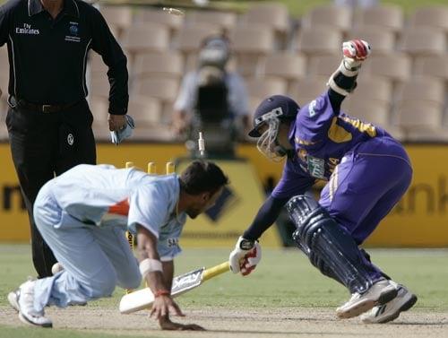 But Mahela Jayawardene is run out in the same unfortunate fashion as Sanath Jayasuriya. The bowler on this occasion was Praveen Kumar.