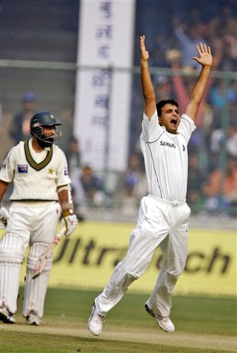 Sourav Ganguly, right, appeals unsuccessfully against Pakistan's Mohammad Yousuf , left, in the first Test match in New Delhi on Thursday, Nov 22, 2007.
