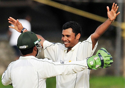 Danish Kaneria celebrates with Kamran Akmal after dismissing Tillakaratne Dilshan on the second day of the third and final Test at The Sinhalese Sports Club in Colombo. (AFP Photo)