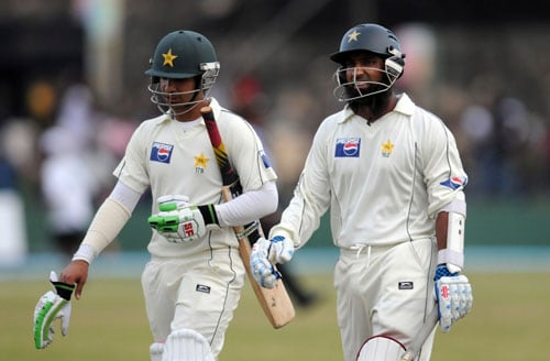 Mohammad Yousuf and Salman Butt walk off after play is abandoned due to bad light on the third day of the first Test match between Pakistan and Sri Lanka at The Galle International Stadium in Galle. (AFP Photo)