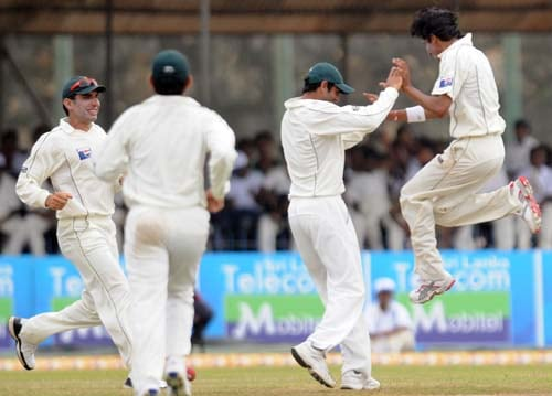 Mohammad Aamer celebrates with teammates after the dismissal of Mahela Jayawardene during the third day of the first Test match between Pakistan and Sri Lanka at The Galle International Stadium in Galle. (AFP Photo)