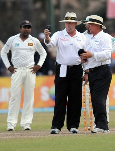 Umpires Darryl Harper and Ian James Gould check the light as Mahela Jayawardene looks on during the third day of the first Test match between Pakistan and Sri Lanka at The Galle International Stadium in Galle. (AFP Photo)