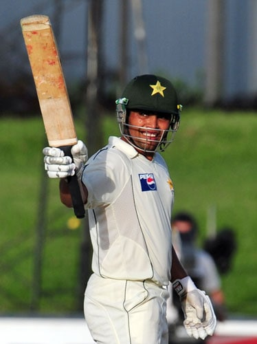Kamran Akmal raises his bat to the crowd after scoring a half-century during the third and final Test match between Sri Lanka and Pakistan at The Sinhalese Sports Club in Colombo on July 22, 2009. (AFP Photo)