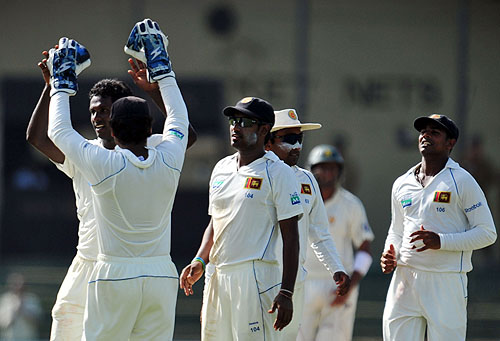 Angelo Mathews and teammates celebrate dismissing Misbah-ul-Haq during the third and final Test match between Sri Lanka and Pakistan at The Sinhalese Sports Club in Colombo. (AFP Photo)