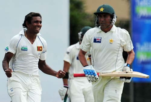 Thilan Thushara celebrates the dismissal of Younus Khan walks back to the pavilion following his dismissal during the first day of the second Test match between Pakistan and Sri Lanka at The P. Saravanamuttu Stadium in Colombo. (AFP Photo)