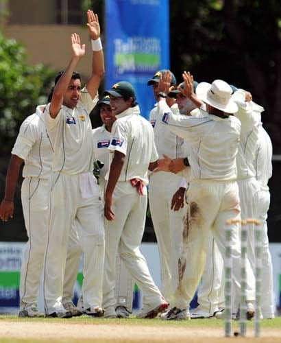 Umar Gul celebrates the dismissal of Kumar Sangakkara with teammates during the second day of the second Test match between Pakistan and Sri Lanka at The P. Saravanamuttu Stadium in Colombo. (AFP Photo)