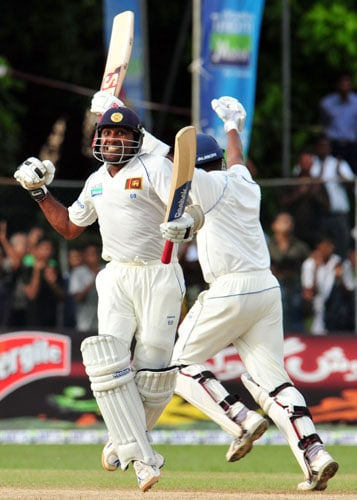 Mahela Jayawardene and Samaraweera celebrate their victory in the third day of the second Test match between Pakistan and Sri Lanka at The P. Sara Oval Stadium in Colombo on July 14, 2009. (AFP Photo)