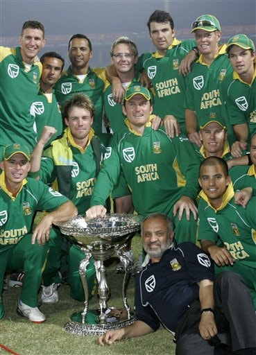 South African players and officials pose with the trophy after winning the series and fifth one-day international cricket match at Gaddafi Stadium in Lahore, Pakistan, Monday.