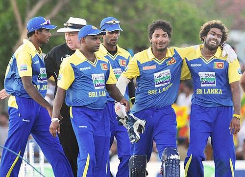 Kumar Sangakkara, Lashith Malinga and teammates leave the grounds after victory in the first One-Day International match between Sri Lanka and Pakistan at The Rangiri Dambulla International Cricket stadium in Dambulla on July 30, 2009. (AFP Photo)