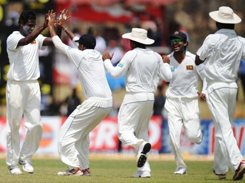 2. Angelo Mathews celebrates with teammates the dismissal of Younus Khan during the second day of the first Test match between Pakistan and Sri Lanka at The Galle International Stadium in Galle. (AFP Photo)