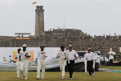 5. Thilan Thushara has words with umpire Daryl Harper as the teams leave the field due to rain for the second day of the first Test match between Pakistan and Sri Lanka at The Galle International Stadium in Galle. (AFP Photo)