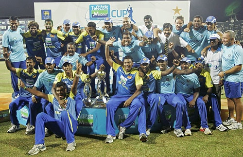 Sri Lankan cricket team poses for photographs after winning the five-match series 3-2 during their final One-Day International match between Sri Lanka and Pakistan in Colombo on August 9, 2009. (AP Photo)