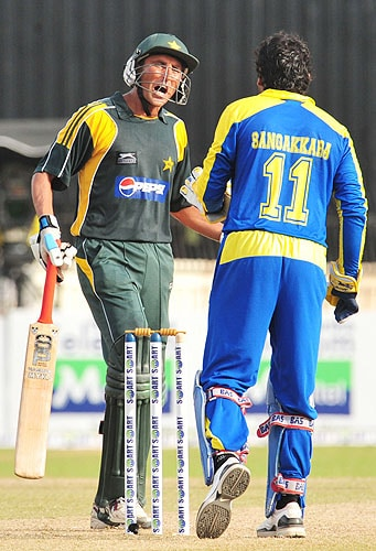 Younus Khan argues with Kumar Sangakkara during the fifth and final One-Day International match between Sri Lanka and Pakistan at The R Premadasa Stadium in Colombo. (AFP Photo)