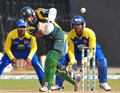 Mohammad Yousuf plays a shot as Kumar Sangakkara and Mahela Jayawardene look on during the fifth and final One-Day International match between Sri Lanka and Pakistan at The R Premadasa Stadium in Colombo. (AFP Photo)