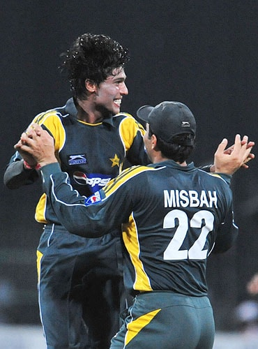 Mohammad Aamer celebrates with teammate Misbah-ul-Haq after the dismissal of Mahela Jayawardene during the fifth and final One-Day International match between Sri Lanka and Pakistan at The R Premadasa Stadium in Colombo. (AFP Photo)