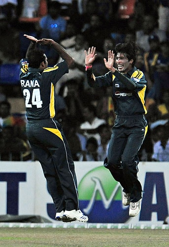 Naved-ul-Hasan celebrates with teammate Mohammad Aamer after the dismissal of Sanath Jayasuriya during the fifth and final One-Day International match between Sri Lanka and Pakistan at The R Premadasa Stadium in Colombo. (AFP Photo)