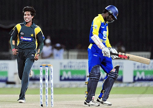 Mohammad Aamer celebrates after the dismissal of Upul Tharanga during the fifth and final One-Day International match between Sri Lanka and Pakistan at The R Premadasa Stadium in Colombo. (AFP Photo)