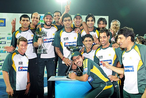 Pakistan cricketers pose for photographers after their victory in the Twenty20 match between Sri Lanka and Pakistan at The R. Premadasa Stadium in Colombo on August 12, 2009. (AFP Photo)