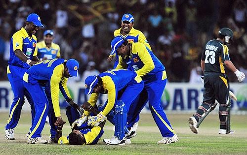 Nuwan Kulasekara celebrates with teammates after the dismissal of Kamran Akmal during a Twenty20 match between Sri Lanka and Pakistan in Colombo. (AFP Photo)