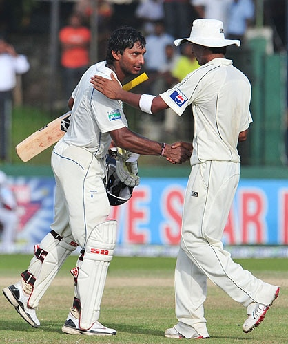 Kumar Sangakkara shakes hands with Mohammad Aamer following the final Test match between Sri Lanka and Pakistan at The Sinhalese Sports Club in Colombo. (AFP Photo)