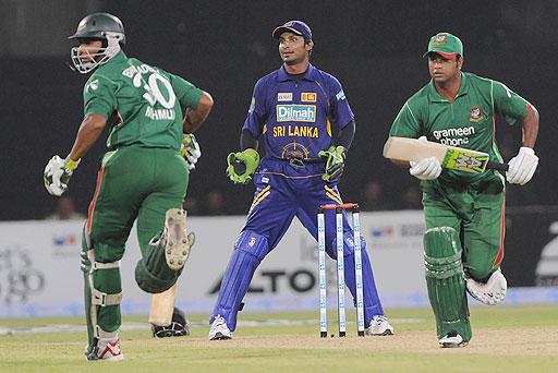 Kumar Sangakkara watches as Bangladesh's Dollar Mahmud and Alok Kopali run between the wickets during the Asia Cup at Gaddafi Stadium in Lahore, Pakistan on June 25, 2008. (AFP Photo)