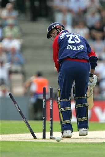 England's Marcus Trescothick is bowled out first ball by Pakistan's Shoaib Akhtar (not in picture) during the third ODI at Rose Bowl in Southampton on Tuesday.