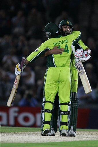Pakistan's Inzamam-ul-Haq hugs Shoaib Akhtar after beating England in the third ODI at the Rose Bowl in Southampton on Tuesday.