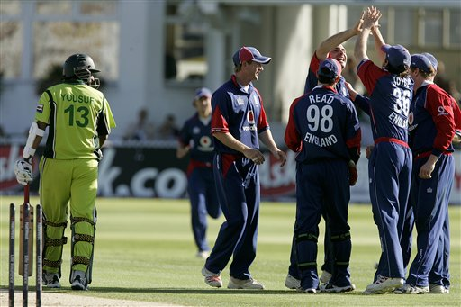 England's Michael Yardy, third from right, is congratulated by team mates after taking the wicket of Pakistan's Mohammad Yousef during the fourth ODI at Trent Bridge Cricket Ground, Nottingham on Friday.