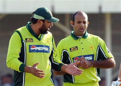 Pakistan captain Inzamam-ul-Haq, left, speaks to his bowler Rana Naveed during the fifth ODI against England at Edgbaston on Sunday.