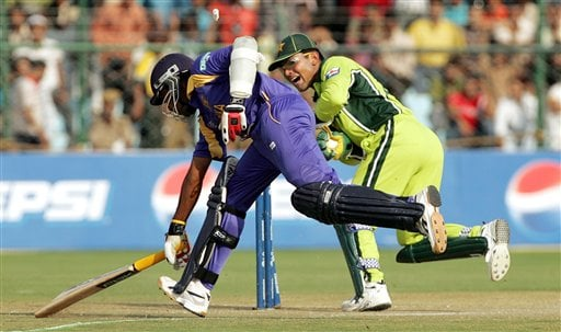 Pakistan's wicketkeeper Kamran Akmal, right, attempts unsuccessfully to dismiss Sri Lanka's Mahela Jayawardene during the one-day international cricket match for the ICC Champions Trophy in Jaipur on Tuesday.