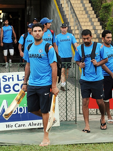 India's Yuvraj Singh and teammates arrive for a practice session at The R Premadasa Stadium in Colombo on September 9, 2009. India, New Zealand and Sri Lanka began a one-day international series on September 8 in Colombo with India scheduled to face Sri Lanka on September 11. (AFP Photo)