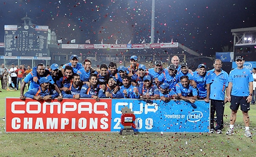 Indian cricketers pose for photographers after their victory in the Tri-Nation Championship trophy final ODI match between India and Sri Lanka at the R. Premadasa Stadium in Colombo on September 14, 2009. India won by 46 runs. (AFP Photo)